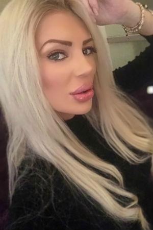 Ava selfie