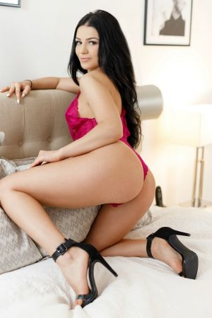 Pretty brunette available from 11am-2am in Bayswater